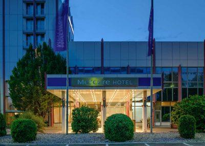 Mercure Hotel Stuttgart Sindelfingen an der Messe Eingang bei Nacht/Entrance at night